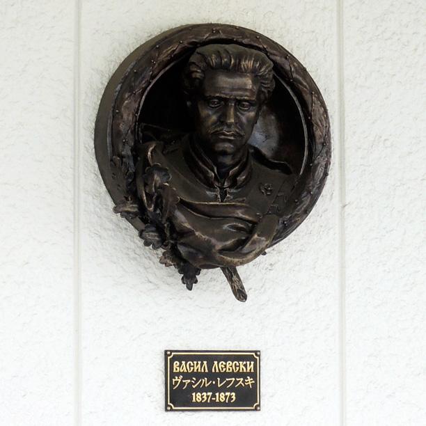ブルガリア大使館ヴァシル・レフスキの像