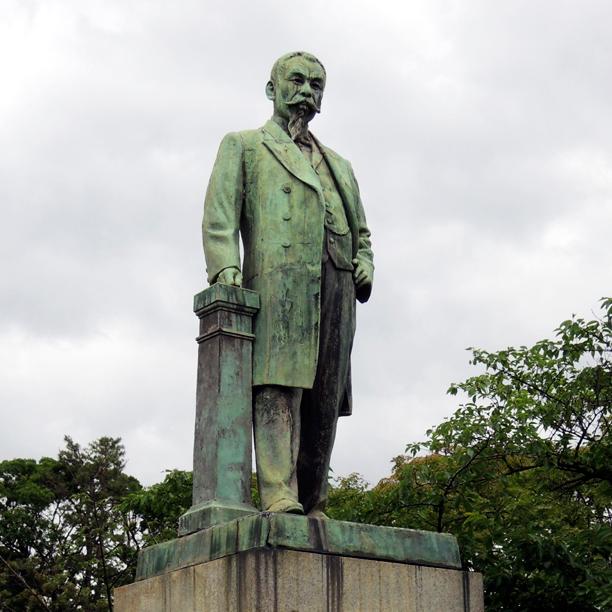 品川弥二郎の像